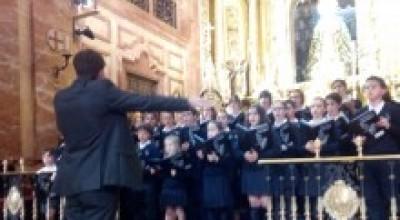 http://www.hermandaddelamacarena.es/wp-content/uploads/2014/05/escolania-palacios-4-e1399464853533.jpg